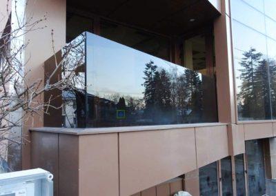 Balcon cu balustrada din sticla
